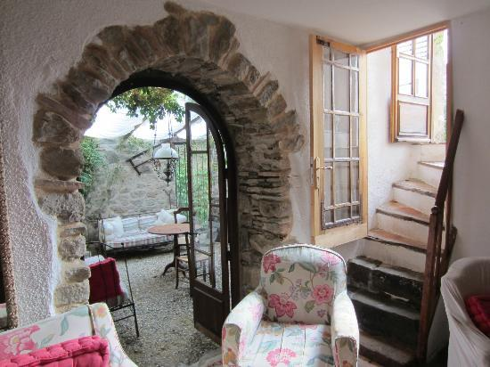 Le Roc Sur L'Orbieu: Arched doorway in common area.