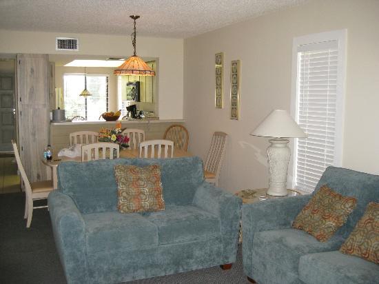 Marathon Key Beach Club: Lving room and dining room