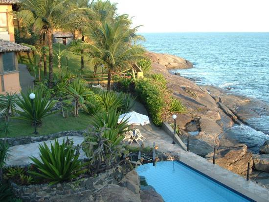 Hotel Pontal das Rochas: swimming pool and garden