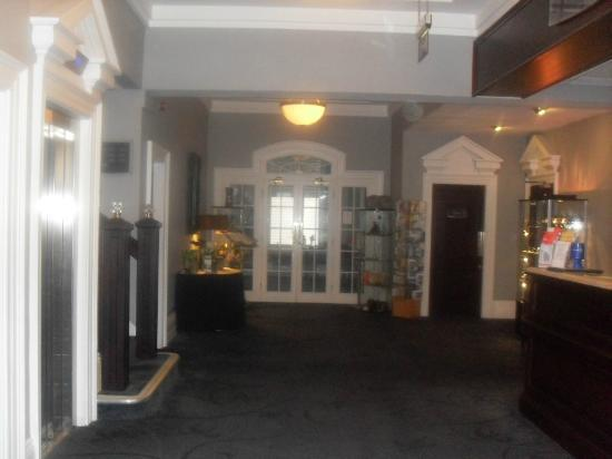 Bay New Southlands Hotel: Reception leading to dining room