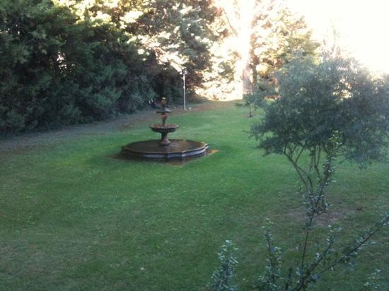 Le Mas de l'Olivier : vue sur la fontaine depuis chambre 5