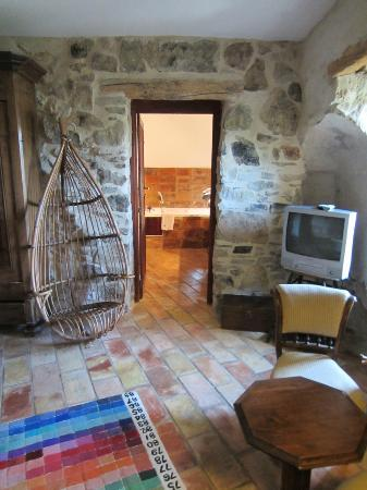 Le Roc sur l'Orbieu: View from sitting area to bathroom.