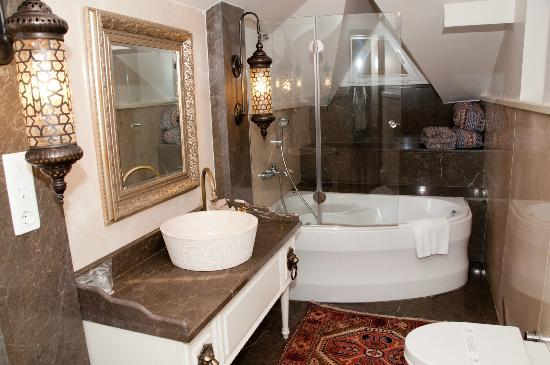 Sokullu Pasa Hotel: Our bathroom