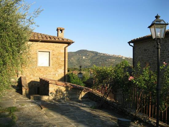 Relais Borgo San Pietro: Scorcio dalla struttura su Cortona