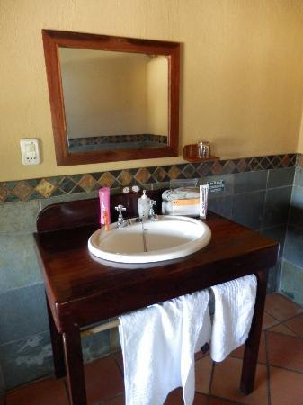 Greenfire Game Lodge: Bathroom with outdoor shower