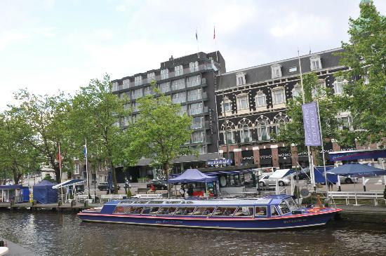 Park Hotel Amsterdam: Park Hotel from across the canal. New part is to the left. Canal Boat station in front