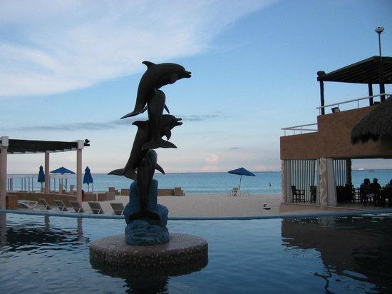 Sunset Fishermen Spa & Resort: Dolphin statue in center of main pool