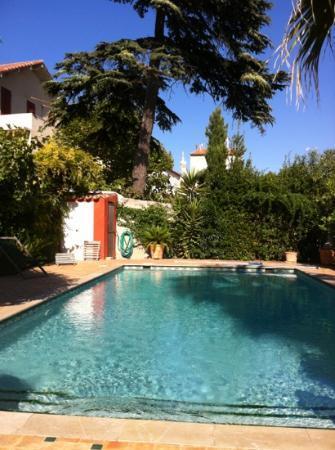 La Bastide du Roucas : la bonne mère veille sur la piscine...