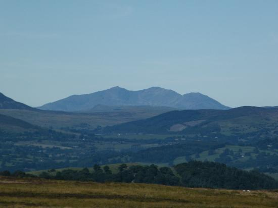 Y Llwyn Guest House: Snowdon from the top of the valley above Llandrillo