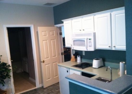 Palace View Resort by Spinnaker: Kitchenette- Open door to your left is to the bathroom and next to that to the next door condo