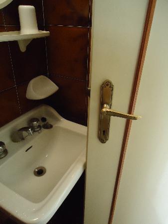Hotel Club Italgor: дверь в ванную