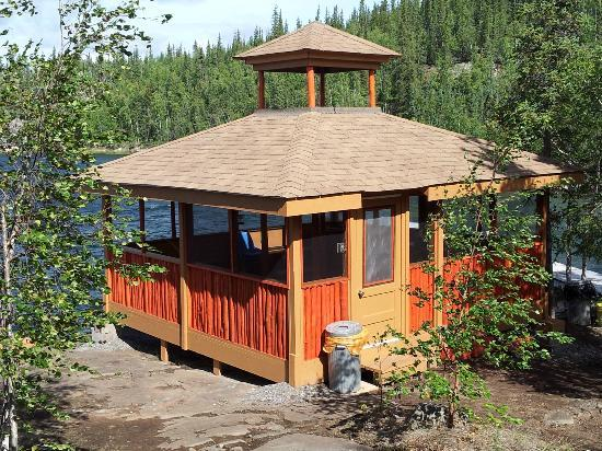 Yellow Dog Lodge: Screened in gazeebo with fire pit for social and business events