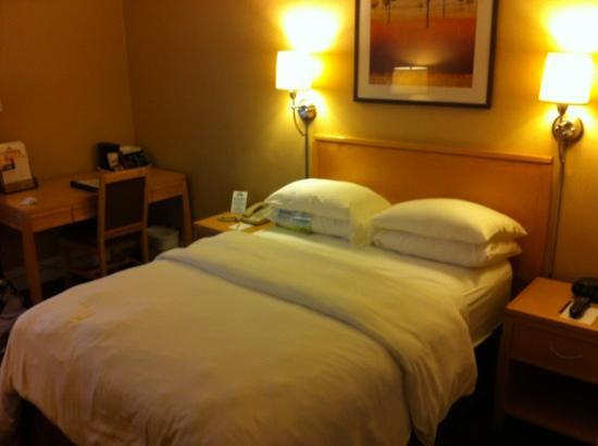 Hotel Versey - Days Inn Chicago: double bed