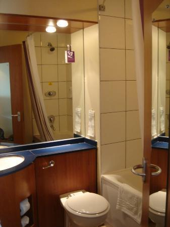 Premier Inn Leeds City West Hotel: Bathroom