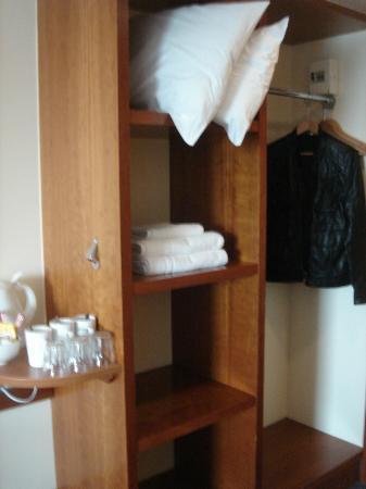 Premier Inn Leeds City West Hotel: Cupboard space