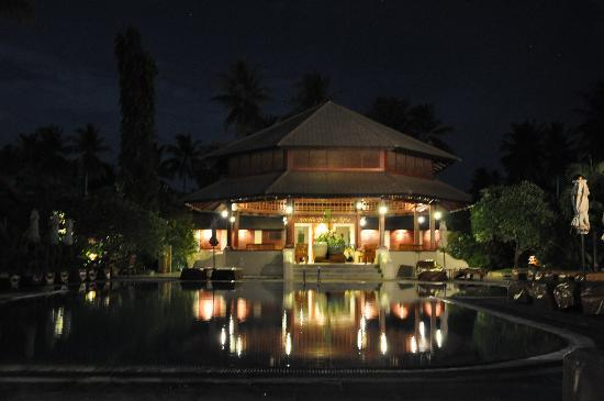 Smile House Resort: Lobby by night
