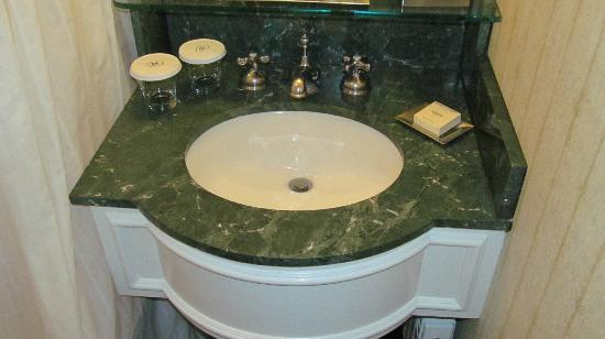 The Drake, A Hilton Hotel: Bathroom sink