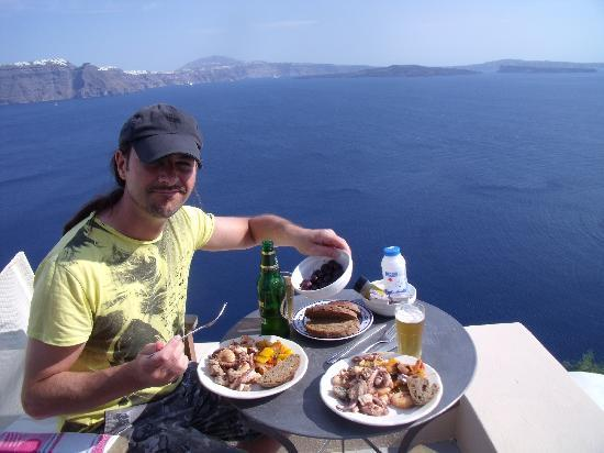 Old Oia Houses: Dining on the balcony, best view in the house! Sheer heaven.