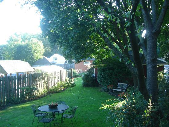 Lititz House Bed and Breakfast: Back garden area from veranda