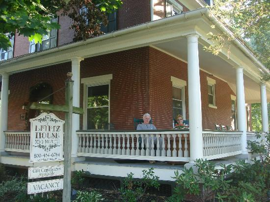 Lititz House Bed and Breakfast: The inviting porch, with rocking chairs