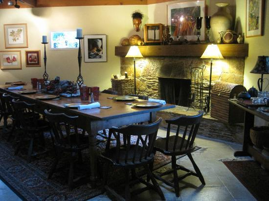Sequoia River Dance B&B: Breakfast Table