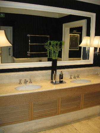 Isa Hotel: Lobby Bathroom