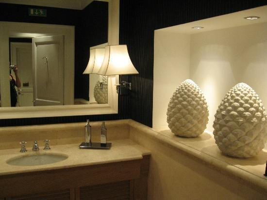 Isa Hotel: Lobby Bathroom Decor
