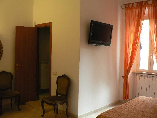 Roma Trasteverina B&B: Small TV and ensuite bathroom in triple room 