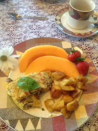 ‪‪The Widow McCrea House Victorian Bed and Breakfast‬: Italian fritatta, fresh fruit‬