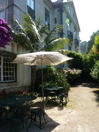Hotel Sintra Jardim: Tables, chaises et parasols disposés dans le prolongement de la salle à manger