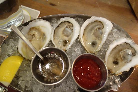 Island Creek Oyster Bar: 追加で頼んだ、「それ以外の生ガキ」2種類4個。