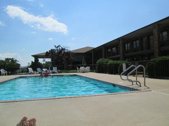 Days Inn New Market  Battlefield: Poolside with view of front of Inn