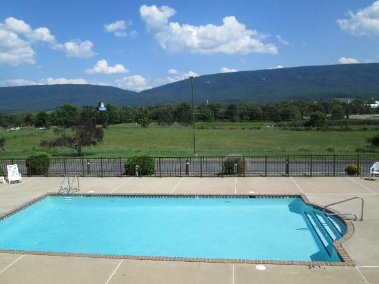 Days Inn New Market  Battlefield: Poolside with view of sign and New Market Gap