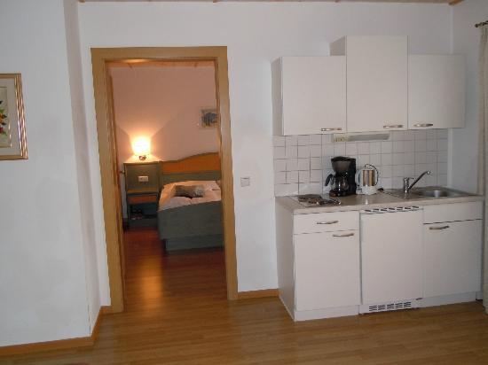 Residence-Pension Gasser : Vista dell'appartamento dalla sala da pranzo alla camera matrimoniale
