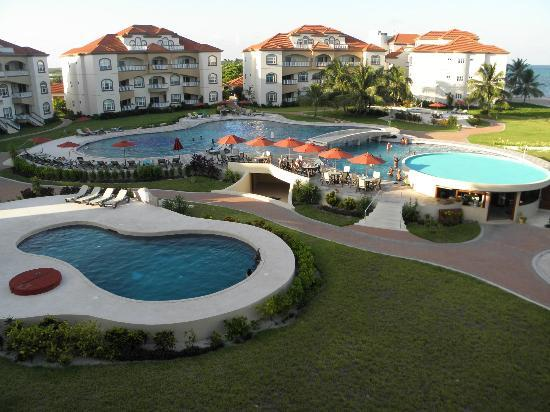 Grand Caribe Belize Resort and Condominiums: Overlooking the pool