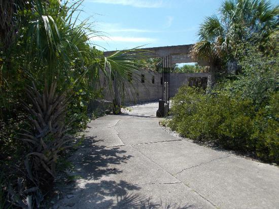 Magnuson Hotel Marina Cove: Fort Dade on Egmont Key is only a short boat ride away from the hotel marina.