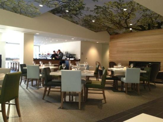 Solaire Restaurant + Bar: The dinning room. We got there just as they opened for dinner