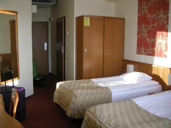 Hotel Filmar: Zimmer, Blick zum Bad