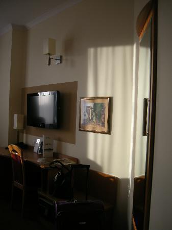 Hotel Filmar: Zimmer, Blick zm Schreibtisch