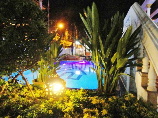 Villa Oranje: het zwembad bij avondlicht 