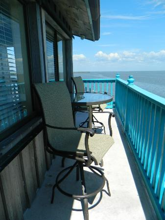 Cedar Key Harbour Master Suites: Gulf Front Balcony Seating