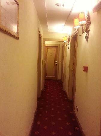 Veneto Palace Hotel: narrow hallway