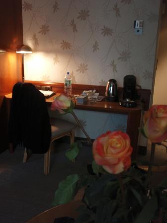 BEST WESTERN PLUS Hotel Kassel: Fresh roses in my room at the Mercure