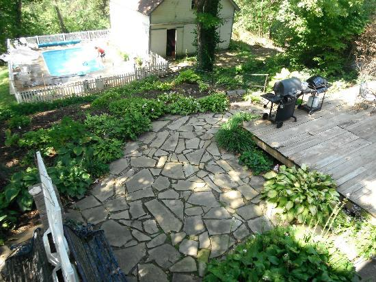 Benner House Bed and Breakfast: Backyard pool area