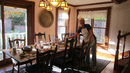 Albion Inn: Lively innkeeper Cyd in dining room