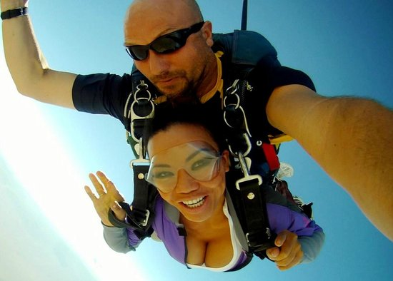 Vegas Extreme Skydiving : sexy lady skydives on bikini day
