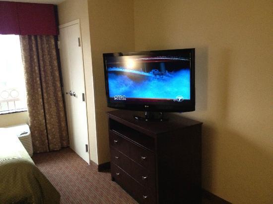 Comfort Suites: TV/Dresser