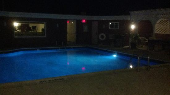 Gold Leaf Hotel: pool at night