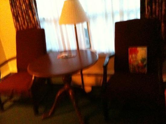 Travelers Inn: tavolo e sedie