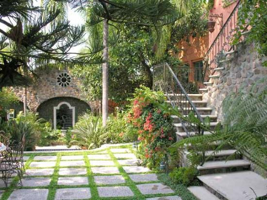 Hacienda del Lago Boutique Hotel: Garden and stairs to The Tower Suite